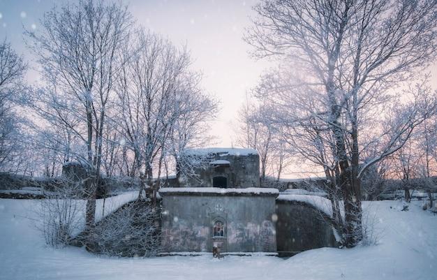 Ícone no fort alexander shanets, na cidade de kronstadt, são petersburgo, no inverno
