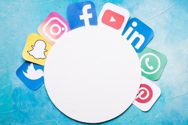 Ícones de aplicativos do telefone móvel organizados em torno de papel branco circular