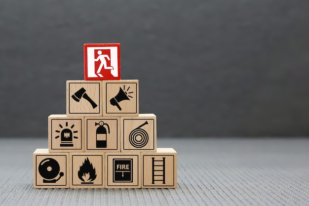 Ícones de fogo e segurança empilhamento de bloco de madeira.