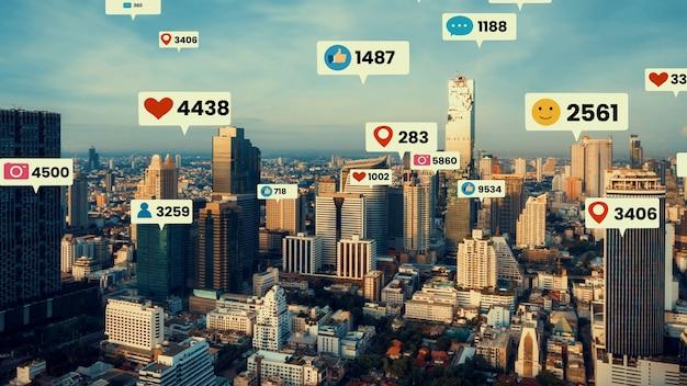 Ícones de mídia social sobrevoam a cidade no centro, mostrando a conexão do engajamento das pessoas