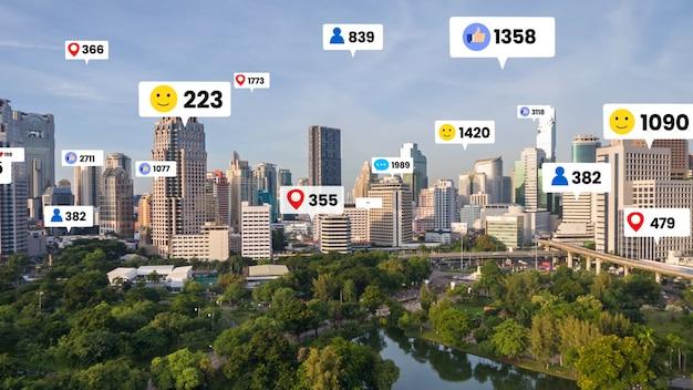 Ícones de mídia social sobrevoam a cidade no centro, mostrando conexão de engajamento