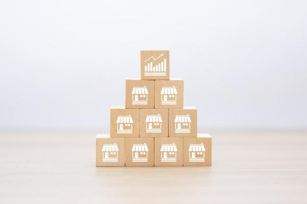 Ícones de negócios de franquia no bloco de madeira empilhados