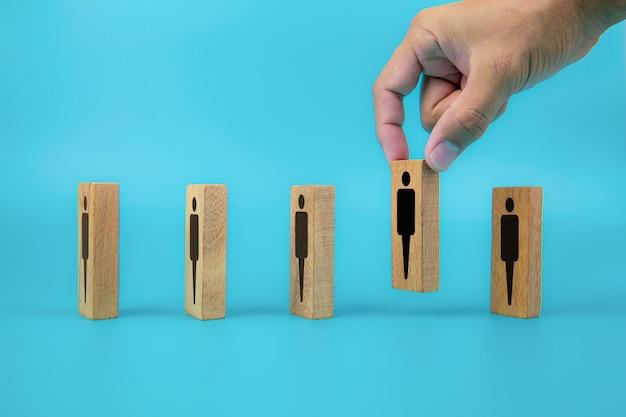 Ícones de pessoas para distância social no bloco de brinquedo de madeira.