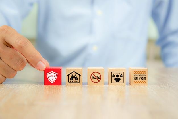 Ícones de prevenção de coronavírus ou covid-19 no bloco de brinquedo de madeira.