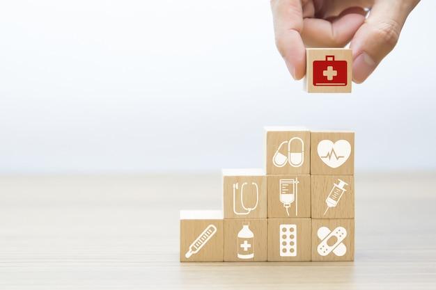 Ícones gráficos médicos e da saúde em blocos de madeira.