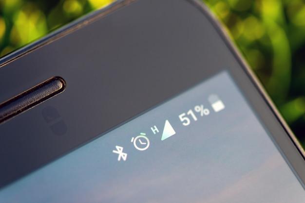 Ícones na bateria do telefone móvel, bluetooth, despertador, rede