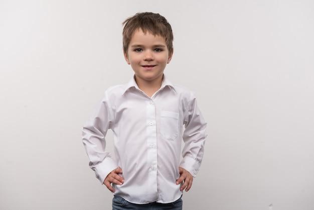 Idade pré-escolar. bom menino inteligente sorrindo enquanto olha para você