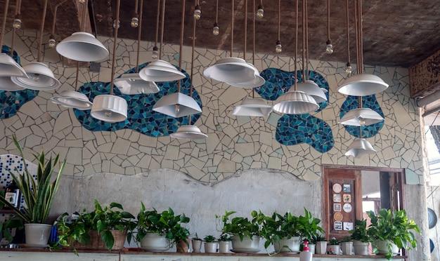 Idea design lâmpada do teto modificar a partir de tigela com parede de azulejos