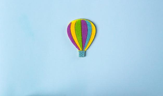 Idéia. ações motivadoras. balão de ar quente sobre fundo azul pastel com espaço de cópia de texto.