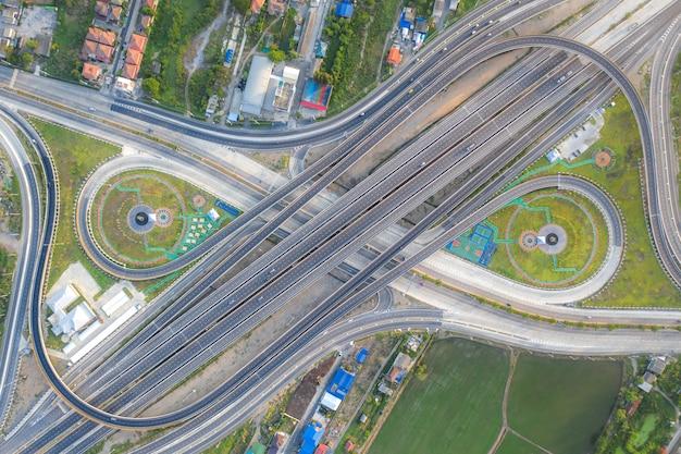 Ideia aérea da opinião superior das junções da estrada da cidade urbana, banguecoque, tailândia.