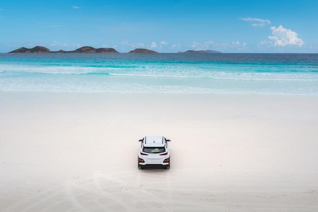 Ideia aérea do estacionamento do carro na praia em lucky bay no cabo le parque nacional grande, perto de esperance, austrália ocidental, austrália. conceito de viagens e férias.