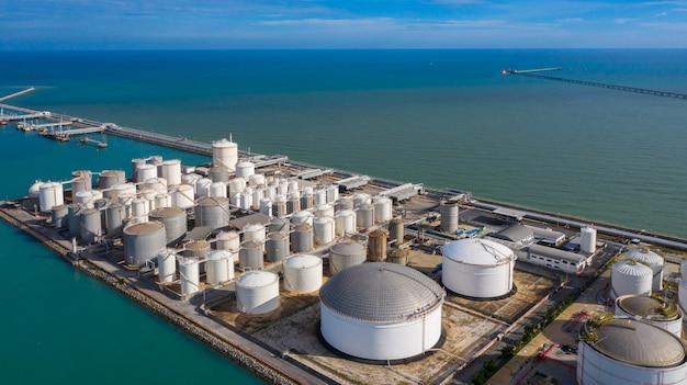 Ideia aérea do terminal do tanque com lotes do tanque de armazenamento do óleo e do tanque de armazenamento petroquímica no porto, opinião aérea do armazenamento industrial do tanque.