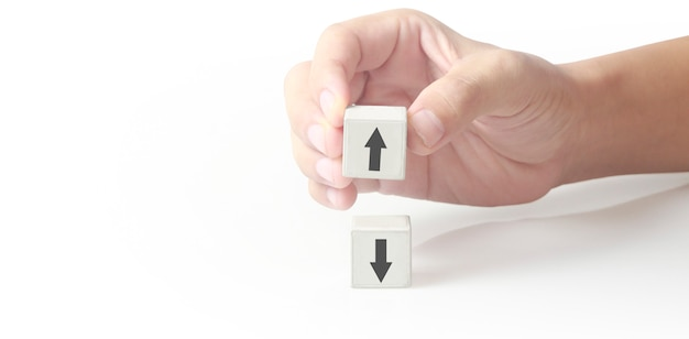 Idéia criativa do conceito e inovação. bloco de cubo na mão com o símbolo