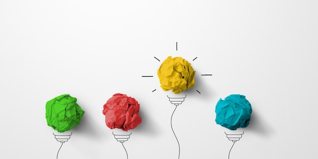 Ideia criativa do conceito e inovação. resíduos de papel bola de cor amarela excelente grupo diferente com símbolo de lâmpada