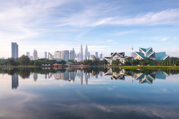 Ideia da arquitetura da cidade skyline de kuala lumpur, malásia na manhã do parque de titiwangsa.