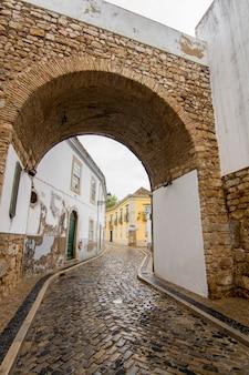 Ideia da entrada conhecida do arco da cidade de faro, portugal.