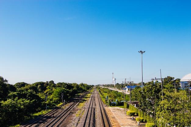 Ideia de ângulo elevado do estação de caminhos-de-ferro da dor do golpe. ayutthaya tailândia