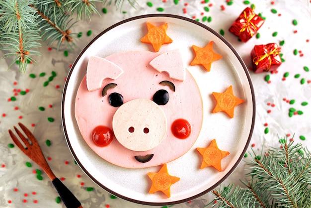 Idéia de arte de comida de porco bonito no café da manhã infantil. vista do topo