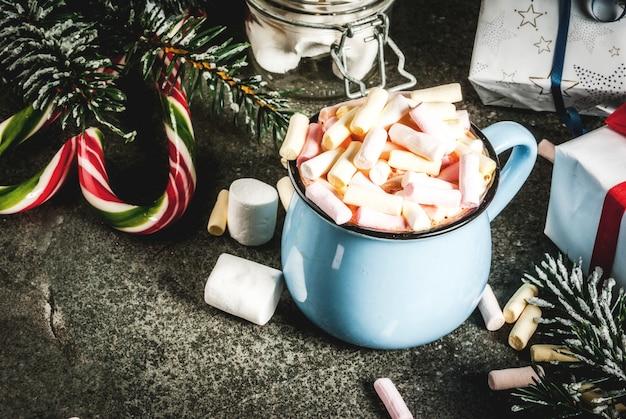 Idéia de bebidas de ano novo e natal, caneca de chocolate quente