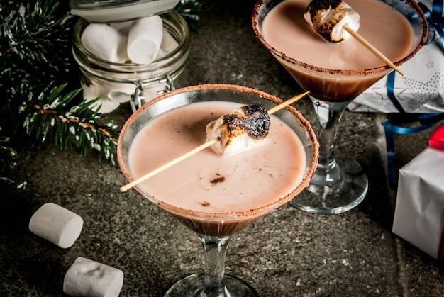 Idéia de bebidas de ano novo e natal torradas smores martini