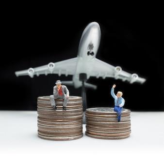 Ideia de conceito de figura em miniatura de homem de negócios para negócios de sucesso com moedas