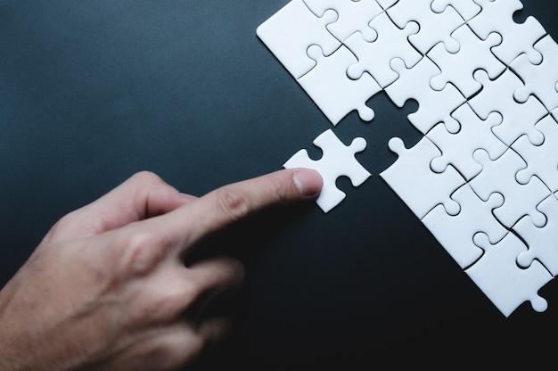 Ideia de conceito de sucesso empresarial de quebra-cabeça, solução de trabalho em equipe e conexão de união, equipe de estratégia junta, partida com desafio de parceria de cooperação
