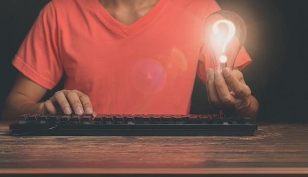 Ideia de lâmpada desenvolvimento de negócios criativos e sustentáveis