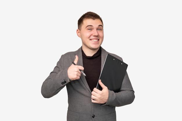 Ideia de negócio. sucesso profissional. homem alegre de terno aparecendo o polegar isolado no fundo branco.