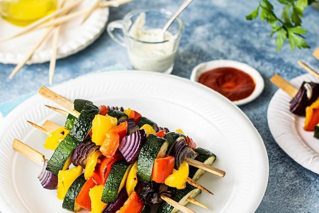 Ideia de receita de espetos de vegetais grelhados vegan