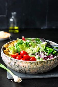 Ideia de receita de frango caseiro e salada vegetariana