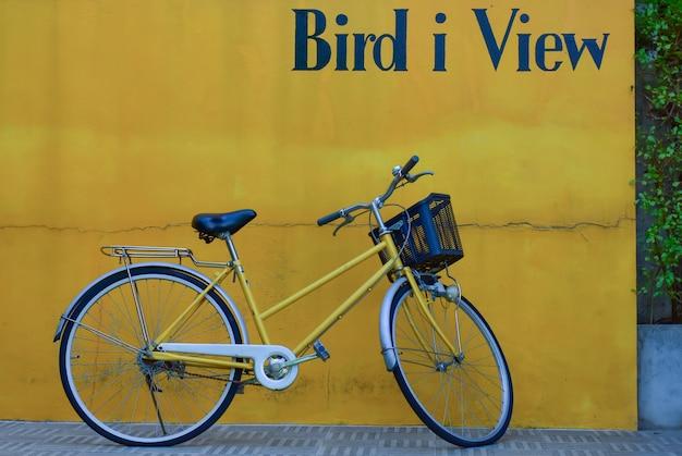 Ideia de viagem de bicicleta e parede amarela
