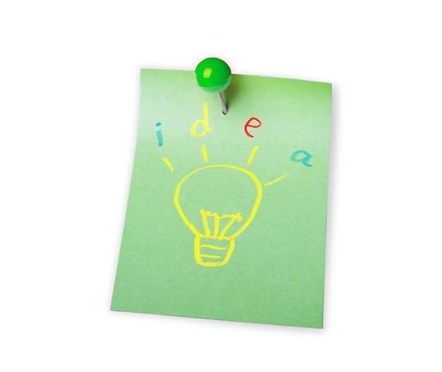 Ideia do conceito criativo uma nova ideia bola de papel amassada isolada no branco com traçado de recorte