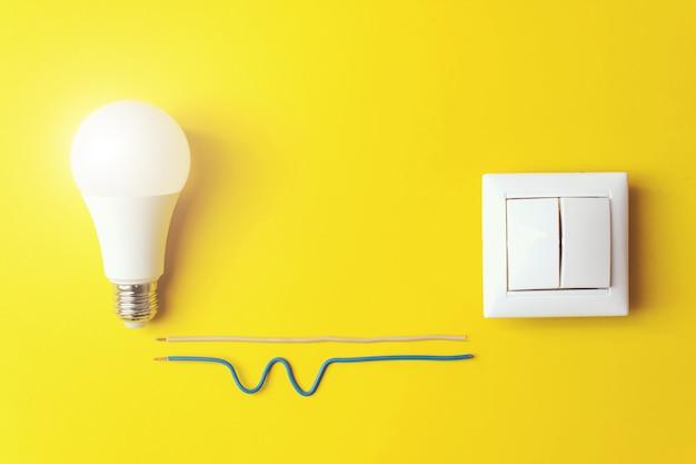 Ideia, inovação, conceito de criatividade com lâmpada incandescente e interruptor com fase de fios, zero