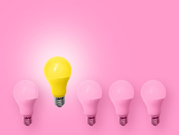 Idéia mínima do conceito da ampola cor-de-rosa e amarela.