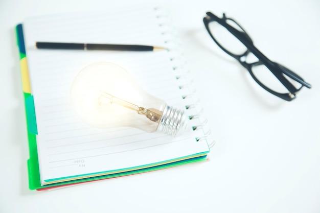Ideia ou lâmpada no bloco de notas