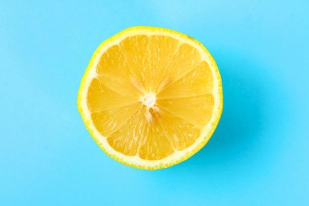 Ideia superior de uma fatia alaranjada de uma fruta no fundo brilhante na cor pastel.