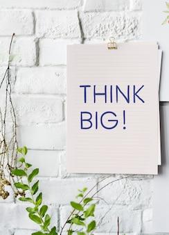 Idéias criativas em um cartaz de papel na parede branca