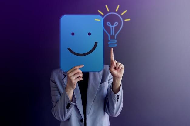 Idéias, criatividade e conceito de inovação. mulher feliz cobriu o rosto