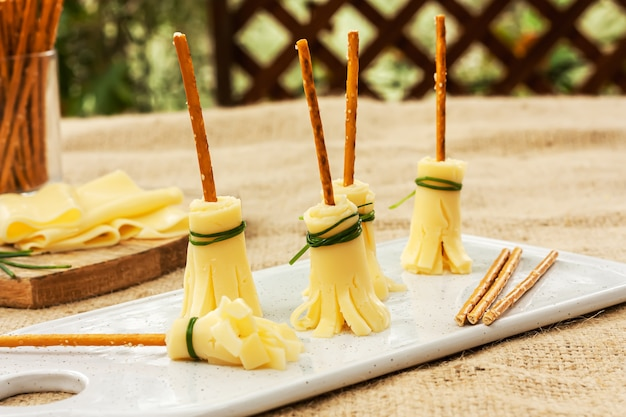 Idéias de comida para festa de halloween com vassouras feitas de queijo