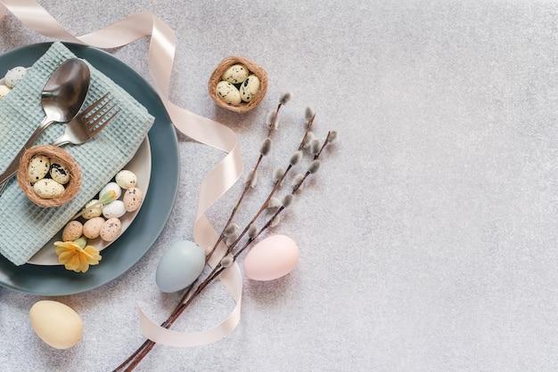 Idéias de configuração de mesa de páscoa, decoração minimalista - ovos de páscoa, ramos de amentilho de salgueiro, ninho de pássaro