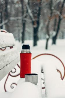 Idéias de data de inverno para casais. férias de inverno, conceito de bebidas quentes