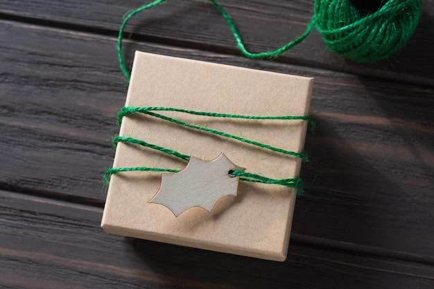 Idéias de embrulho de presentes. desenho natural. embalagem de presentes de feriado. decorações de natal. passo a passo