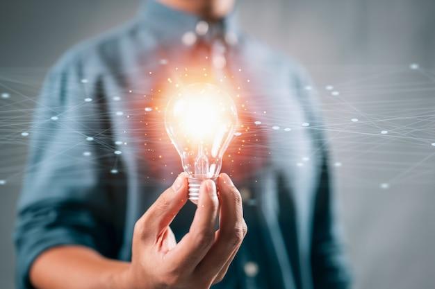 Ideias de novas ideias com tecnologia inovadora e criatividade homem segurando lâmpadas