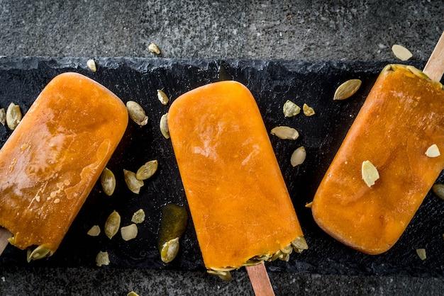 Idéias para pratos de outono de abóboras. mimos para uma festa de ação de graças, halloween. vista do topo