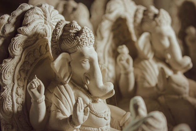 Ídolo de deus ganesha feito com material de gesso de paris