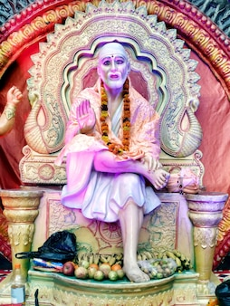Ídolo de pedra da bênção do deus hindu indiano shirdiwale sai baba no templo espiritual hindu, considerado por seus devotos como um santo.