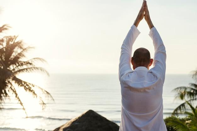 Idoso adulto praticando ioga