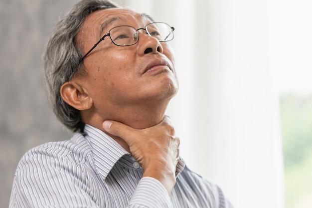 Idoso, dor de garganta, irritação, mão, massagem, aperto, em, pescoço