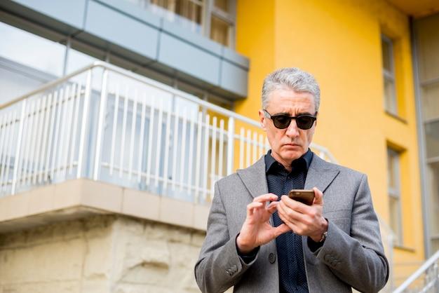 Idoso, homem negócios, com, telefone móvel