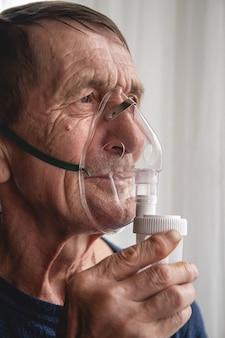 Idoso idoso com máscara de oxigênio